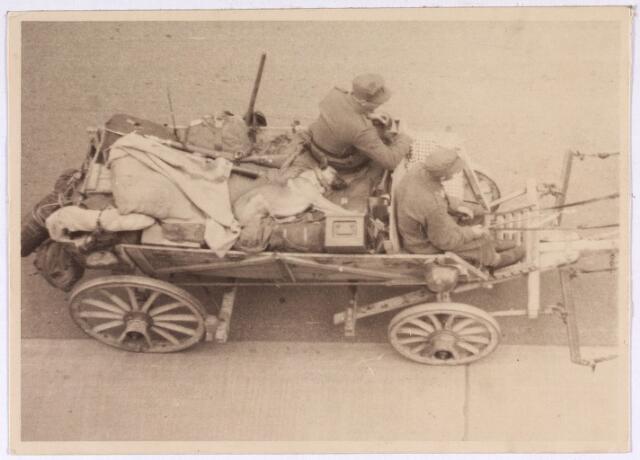 013180 - WO2 ; WOII ; Tweede Wereldoorlog. Dolle Dinsdag. Vluchtende Duitsers met oorlogsbuit op kar met paarden. Verslagen en volkomen gedemoraliseerd plunderen ze alles wat ze maar te pakken kunnen krijgen