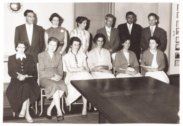 052218 - Onderwijs. Hogere Textielschool. De geslaagden van de laborantencursus 1957/58. De cursisten kregen vakken als algemene textielkennis, statistiek en onderzoekingsmethoden.
