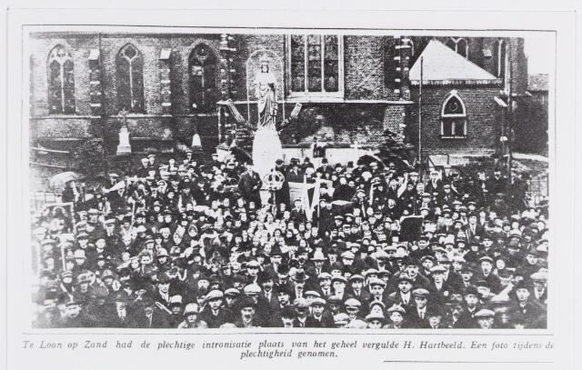 056736 - Heilig Hartbeeld voor de R.K. Kerk Sint Jans Onthoofding te Loon op Zand. De intronisatie van het beeld vond plaats in november 1926.
