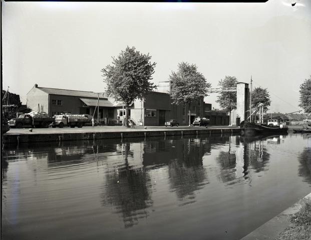 654124 - Industrie. Bedrijfsgebouwen aan de Piushaven. Rechts Bressers Metaal, links Schraven Eijsbouts, graanhandel.