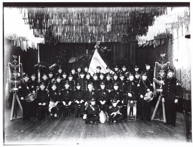 052620 - Muziekleven. Groepsfoto Harmonie P.T.T. b.g.v. het 15-jarig bestaan. De Postharmonie is opgericht in 1923.