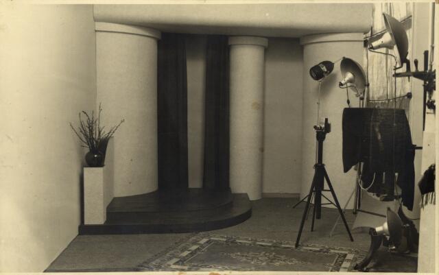 650372 - Schmidlin. De fotostudio van Karel Schmidlin in Dongen, april 1942.