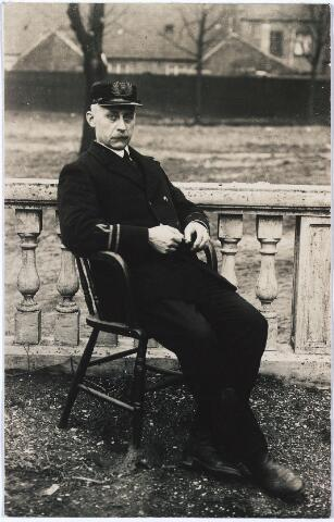 004409 - Joannes Jacobus HAARSELHORST (Obdam 1870 - Tilburg 1968) was van 1918 tot aan zijn pensionering in 1935 commandant van de Tilburgse brandweer. Hij was oorspronkelijk architect. In 1907 werd hij benoemd tot opzichter bij de gemeentewerken. In 1927 werd hij erelid van de Koninklijke Bond van Brandweerverenigingen in België. Hij was in 1900 in Tilburg getrouwd met Maria Catharina van Odijk (Tilburg 1873 - 1957).