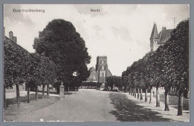 058305 - Markt in Geertruidenberg gezien vanaf de R.K. kerk.