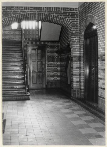 89097 - Interieur raadhuis Terheijden. Hal met rechts deur naar raadzaal.