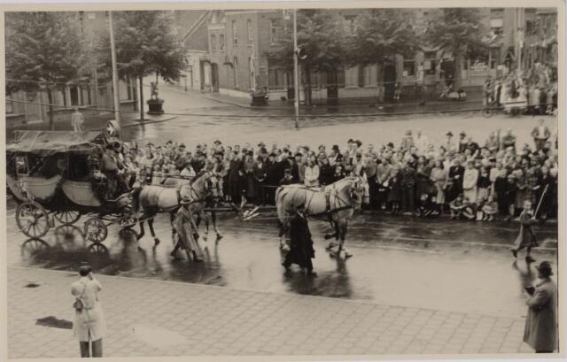 049013 - Festiviteiten te Tilburg b.g.v. het 50-jarig regeringsjubilé van Koningin Wilhelmina op 6 september 1948. Aankomst van koning Willem II bij de 'Vier Winden' aan de Bredaseweg ter hoogte van het oud Belgisch lijntje.  Verslag over deze festiviteiten met optocht staat in het Nieuwsblad van dinsdag 7 september 1948. Een diligence trekt over het Willemsplein.