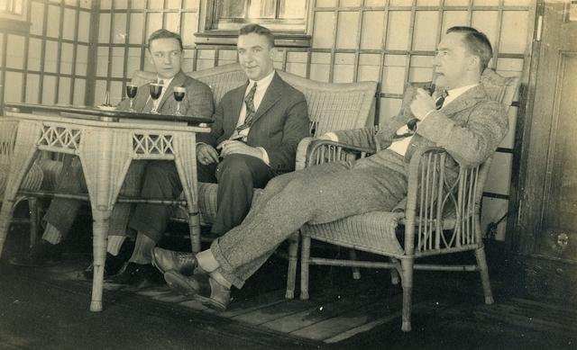 1709112 - Foto van drie mannen met drankje en rookwaar. Mogelijk Harry Franken (links) met zijn twee broers.