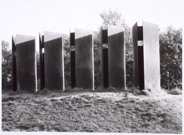 017963 - Kunstwerk Stadswal met wachters, in 1981  vervaardigd door Tine van de Weyer aan de Edisonlaan, in opdracht van de gemeente Tilburg.