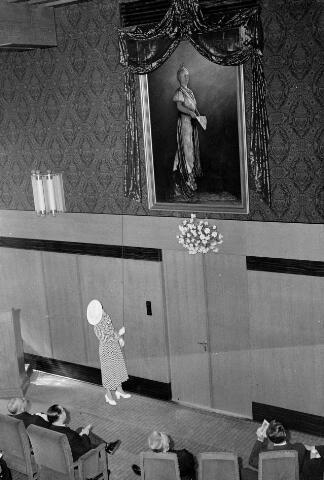 050721 - Opening tentoostelling Oude Kunst in Brabants bezit. Onthulling schilderij H.M. de koningin Wilhelmina door baronesse Van Voorst tot Voorst.