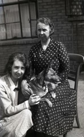 654299 - Familiearchief Schmidlin. Betsy Sellen en haar moeder Alida E. Sellen-Jansen. Hond.