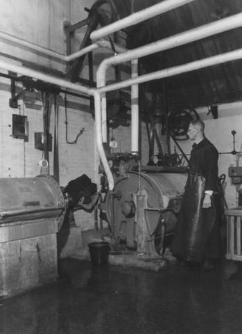 105226 - Blik op de wasserij van de Sint Paulusabdij rond 1955, met broeder Odilio.