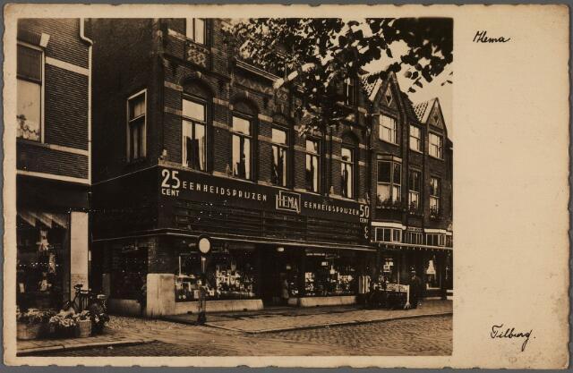 011025 - De Hema, gehuisvest in het voormalige hotel de Gouden Zwaan aan de zuidzijde van de Heuvel. Links van de Hema het Zwaanstraatje.
