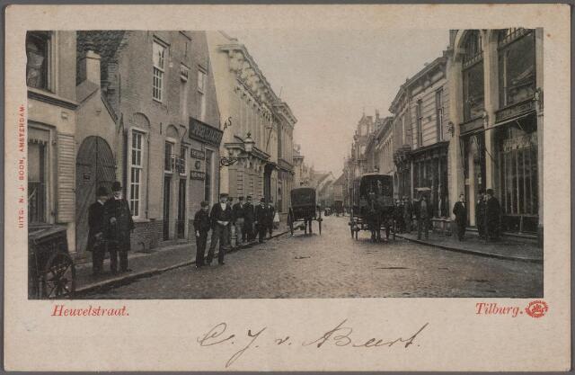 011347 - Heuvelstraat richting Heuvel ter hoogte van de Langestraat (links) De poort links hoort bij de drukkerij van de familie Van der Voort. Daarnaast een huis uit 1665, toen bekend als herberg 't Swart Peert'. Op deze ansicht is het huis gesplitst in twee woningen. In 1910 is dit pand gesloopt. Het pand werd gebouwd voor drossaard Arnoldus Cloostermans.