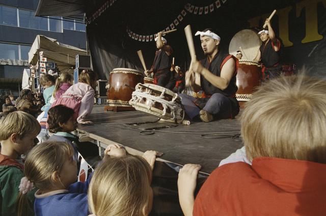 """TLB023000272_001 - Ter gelegenheid van de Japanse Feestdag """"Bon Matsuri"""" op 20-09-1993 werd een week afgesloten met allerlei activiteiten waarin op tal van manieren aandacht werd besteed aan Japan. Zo waren er ook japanse trommelaars en drummers op de uitmarkt,"""