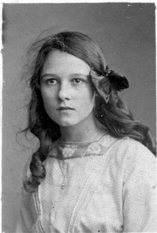 064429 - Maria Wilhelmina Donders geboren te Tilburg op 2 december 1898 en aldaar overleden op 19 maart 1992. Zij trouwde met Jos.W.P.M. van Son.