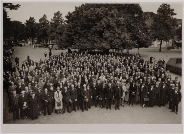 040935 - Foto genomen op De heuvel van leden van het vakverbond aan de auto's te zien ongeveer 1935. De Lindeboom nog in volle glorie.