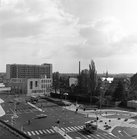 D-00811 - Panoramafoto. Kruising van de pas aangelegde Schouwburgring met de Kloosterstraat. Zicht op het (nieuwe) gerechtsgebouw.