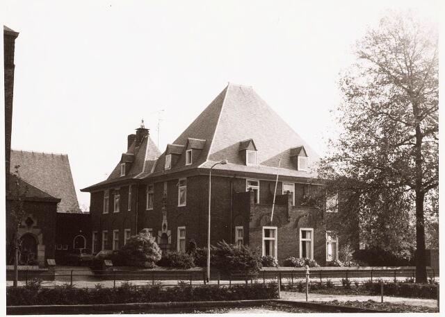 033250 - Voor- en zijgevel van de pastorie van de parochie van de H. Theresia aan het Theresiaplein 2