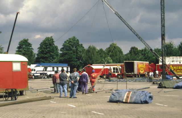 656890 - Opbouw van het American Circus Tilburg op het terrein van Het Laar, het Laarveld.