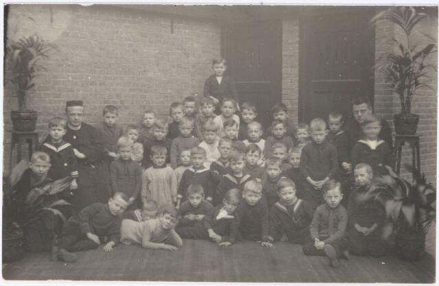 051212 - Basisonderwijs.  Klassenfoto r.k. lagere school. St. joachimschool.  Links frater Casimir van de Pas.