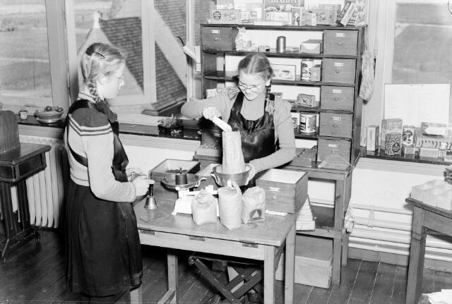 050306 - Onderwijs. B.L.O. cursus, kinderen in de winkel. Klassenfoto.