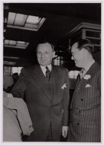 037672 - Textielindustrie. Een trotse directeur Hein Enneking sr. naast prins Bernhard tijdens het bezoek van laatstgenoemde aan zijn fabriek op 13 november 1950