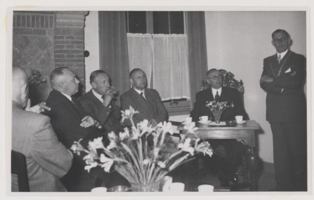 080992 - Eendracht van hoofd en hand Bracht hier groot werk tot stand  Gedenksteen gelegd door de Directeur - Generaal van de Wederopbouw en Volkhuisvesting Dr. Ir. Z.Y. van der Meer 26 mei 1952. Rechts de burgemeester met de D.G. De sigaar is nog in.