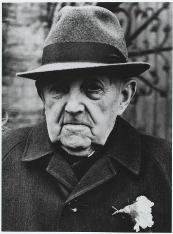 """056373 - Peter Cornelis de Brouwer, geboren te Goirle op 31 januari 1880 en overleden aldaar op 6 mei 1977 als weduwnaar van Anna Maria Elisabeth Maas. Hij was landbouwer van beroep. Zijn ouders waren landbouwer Hendrikus de Brouwer en Johanna Barbara Soffers. Naar zijn moeder werd Piet de Brouwer ook """"de Soffer"""" genoemd."""