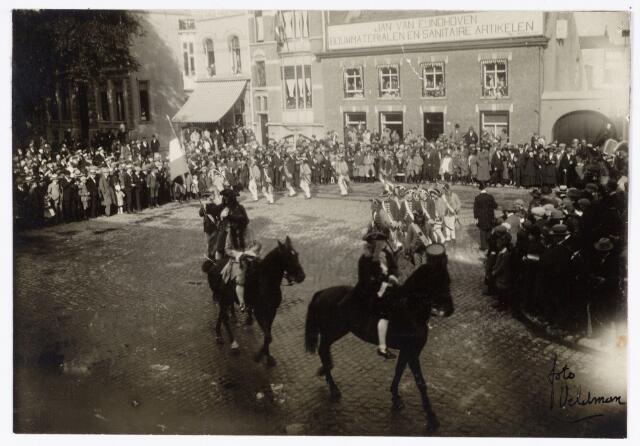 048915 - Optocht ter gelegenheid van de kroningsfeesten bij het 25-jarig jubileum van koningin Wilhelmina (1923-1924) deelnemers verzamelen zich op de Kromhout kazerne te Tilburg. Hier trekt de stoet over de Heuvel.