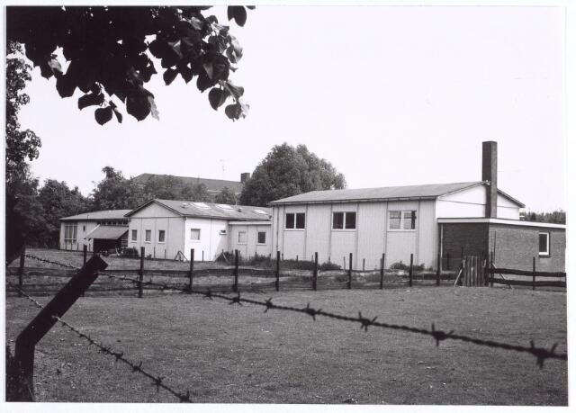 """015729 - De achterzijden van de barakken van de B.L.O.-L.O.M. school """"De Keyser"""" aan de Bokhamerstraat 7."""