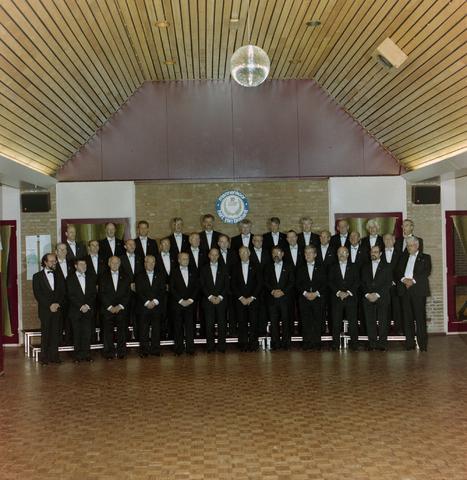 1237_012_956_002 - Muziek. Zang. Groepsfoto van het Hart van Brabant koor ter gelegenheid van het 10-jarige bestaan in 1991.