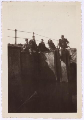 013230 - Tweede Wereldoorlog. Bevrijding.  Sluis in de Leij, gelegen tussen Tilburg en Hilvarenbeek