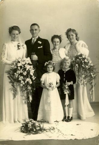 082880 - Trouwfoto van bloemist Jac Wagemakers, geboren te Tilburg op 28 augustus 1914 en overleden te Berkel-Enschot op 11 maart 1990, met Fini Franken, geboren op 3 november 1917 en overleden op 25 september 1991.