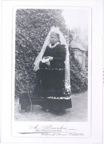 005538 - Maria Henrica Josephina van Roessel, als communiekantje, geboren te Tilburg 19 maart 1884, overleden 1 mei 1959 te Udenhout, gehuwd met Henricus Brekelmans, geb. te Oisterwijk, overleden te Udenhout. (reproductie; origineel niet in collectie aanwezig)