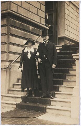 004601 - Jan Marie Caspar Houben (1868-1936), vader van de bruidegom, en mevrouw SCHUT, moeder van de bruid, op de trappen van het Tilburgse stadhuis na de huwelijkssluiting van Frans Houben en en Ali Schut.