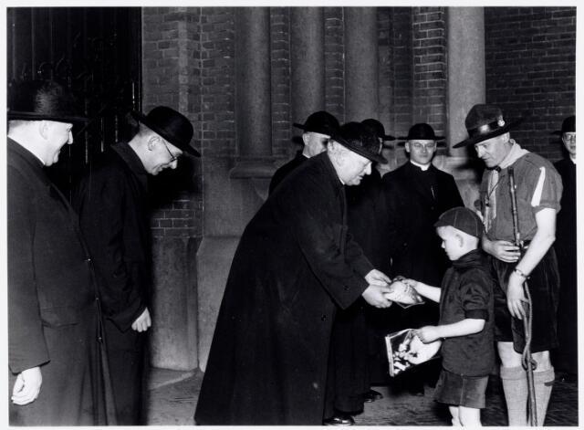 052892 - Jeugdorganisaties. Scouting. Aanbieding Jambacebrochure aan de geestelijke autoriteiten t.w. aan pastoor E.W.F. v.d. Dungen (parochie Heuvel)