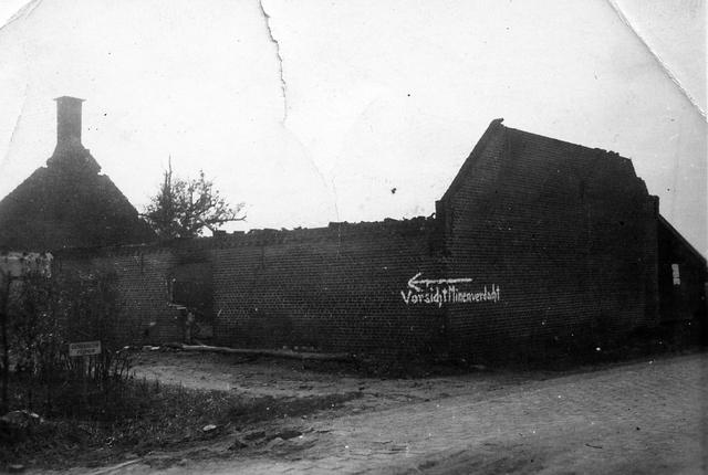 830041 - WO2: WOII; Tweede Wereldoorlog. Oorlogsjaren. 'beschoten boerderij Diessen.' Waarschuwing voor aanwezigheid mijnen.