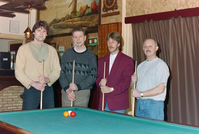 1237_001_054_015 - Sport. Biljart. Leden van Biljartvereniging 't Krijtje uit Hilvarenbeek in maart 1995.