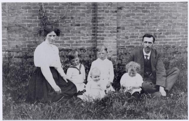 046149 - Petrus Wilhelmus Antonius Snels, geboren te Goirle op 8 juli 1886 met zijn eerste vrouw Jeanette Adriana Verschuren, geboren te Princenhage op 19 november 1881. Zij overleed te Tilburg op 16 december 1924. In het midden hun kinderen v.l.n.r. Henricus Josephus Maria (Harrie) Snels, geboren te Goirle op 10 augustus 1913, Cornelis Hendrikus Josephus Leonardus (Kees) Snels, geboren te Goirle op 11 april 1911, voor hem Johannes Elias Maria Josephus (Jan) Snels, geboren te Goirle op 8 mei 1916, en Johanna Maria Josephina (Annie) Snels, geboren te Goirle op 21 januari 1915.