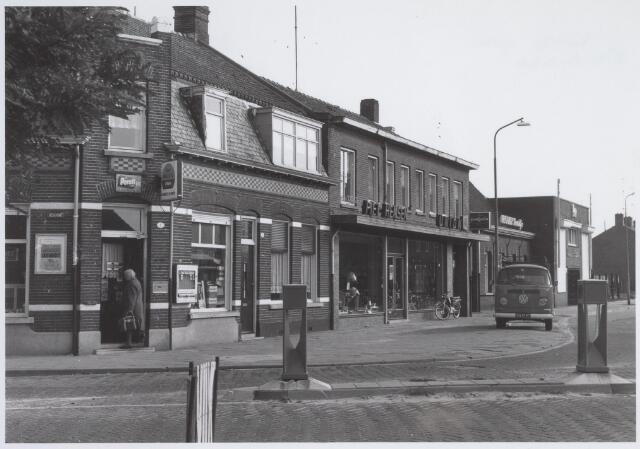026118 - Lijnsheike nabij de Leharstraat (l;inks). In het midden rijwielhandel Piet Hensen en rechts daarvan het bekende etablissement 't Wit Paardje