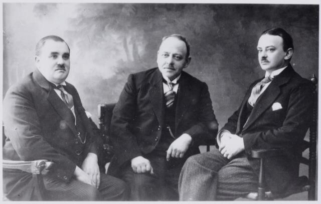 103726 - Tentoonstelling. Commissie van ontvangst tentoonstelling Stad Tilburg 1930. vlnr: Nico Claassen, H.L. Boelaars, H. Marijnen (Stationsstraat)