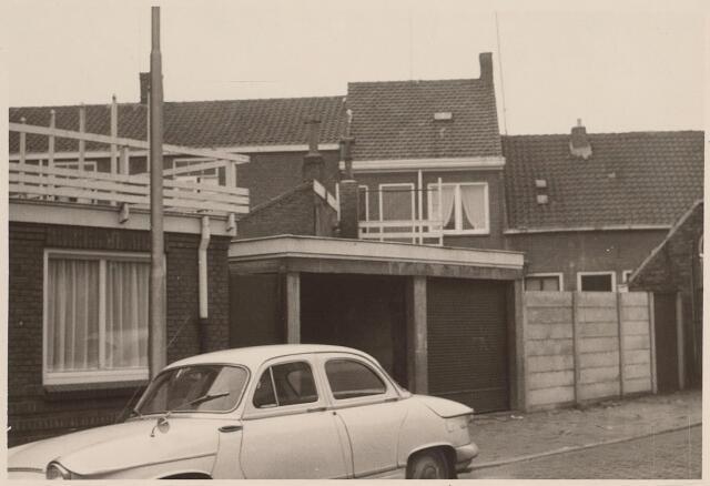 026094 - Garages aan de Lovensestraat eind 1962. De huizen op de achtergrond staan aan de Koestraat