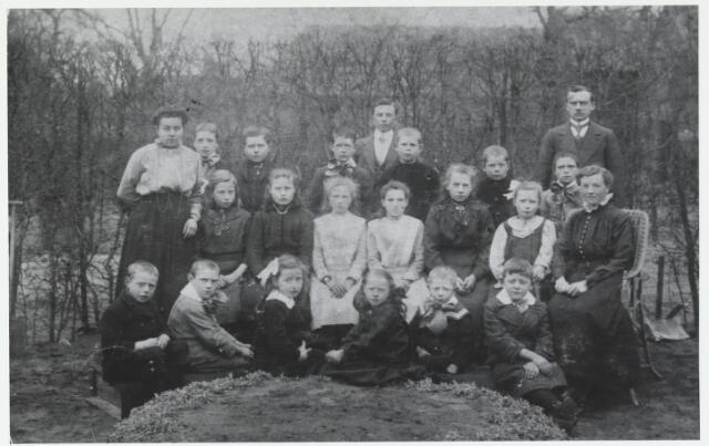 055549 - Groep leerlingen van de zondagschool der N.H. kerk te Hilvarenbeek, begin 20e eeuw.