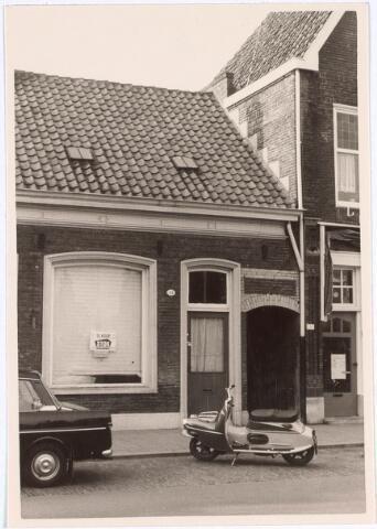 019404 - Pand Goirkestraat 55.  In dit pand, gelegen tegenover het kerkhof,  was ondermeer een speelgoedwinkeltje gevestigd dat werd gerund door een oud vrouwtje. Omdat ze spullen van weinig waarde verkocht, werd ze mild spottend `Toke Rommel´genoemd.  Toke Rommel heette in werkelijkheid Cato  Stakenburg, ongehuwd.