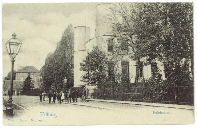 002412 - Onderwijs. Paleisstraat richting Markt.  Op de achtergrond aan de Markt het voormalige gemeentehuis van Tilburg. Rechts de Rijks H.B.S. Koning Willem II, links een gaslantaarn.