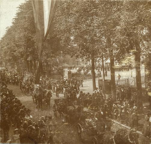 653505 - Straatbeeld. Spoorlaan ter hoogte van het Stationsplein. Militaire muziekwedstrijd 17, 18 en 19 juni 1905. Militaire parade. Koetsen. (Origineel is een stereofoto.)