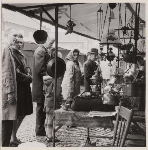 084974 - Kunst-en Antiekmarkt Baarle-Nassau. Regen hield kopers weg van de kunstmarkt.