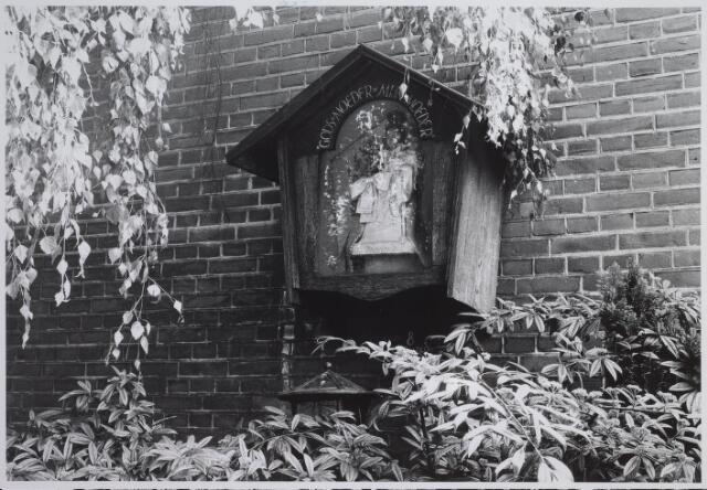 026520 - Omdat het Molenbochtplein en omgeving tijdens het bombardement in mei 1940 gespaard bleef, werd door de heer Roef het initiatief genomen om een commissie te vormen die aan het Molenbochtplein een Mariakapelletje zou oprichten.   Er werd geld ingezameld onder de buurtbewoners van het Molenbochtplein, de Molenbochtzijstraat en de Lovensezijstraat. Op 8 september 1940 vond de inzegening plaats.