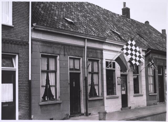 024074 - Panden Anna Pauwlonastraat 50 (links) en 52 (rechts). Opvallend is de Noord-Brabantse vlag aan de gevel van het winkeltje