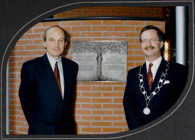 """91269 - Made en Drimmelen. De commissaris van de Koningin in Noord-Brabant (1987-2003) de heer Houben (links), poseert met de heer J. Elzinga (rechts), burgemeester van Made (1990-1997) in  het zojuist officieel geopende Sociaal Cultureel Centrum """"De Mayboom"""" in Made."""
